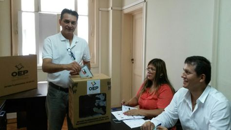 Un ciudadano emite su voto para el referéndum en Rio de Janeiro. Foto: TSE