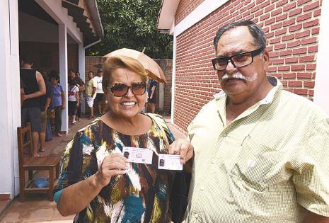 Gloria Suárez y su esposo 'negro' Limpias asistieron después del mediodía