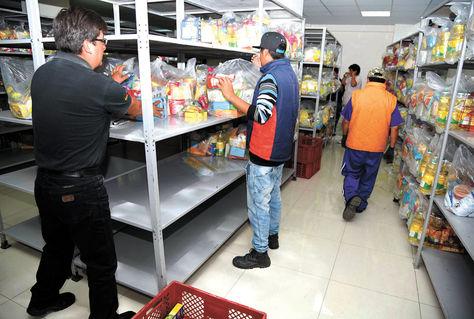 Mercadería. Funcionarios del Sedem colocan en estantes los paquetes de alimentos para beneficiarias.