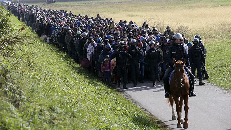 Un policía montado a caballo conduce a un grupo de refugiados cerca de Dobova, Eslovenia