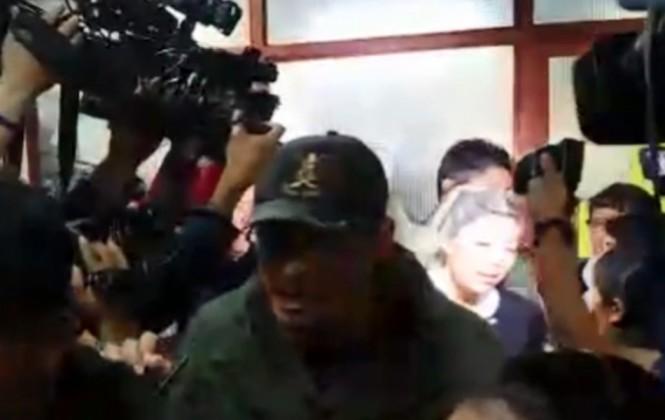Entre empujones y gritos, así salió Gabriela Zapata de los juzgados de La Paz