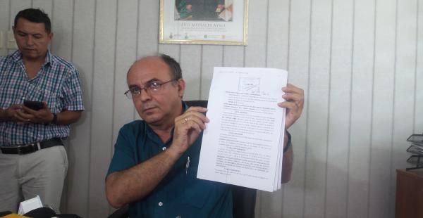 El ministro de Defensa mostró a la prensa el recurso presentado por el presidente Evo Morales