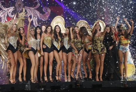 Los ángeles del glamour. El último cuadro destacó por sus alas doradas cortadas con láser