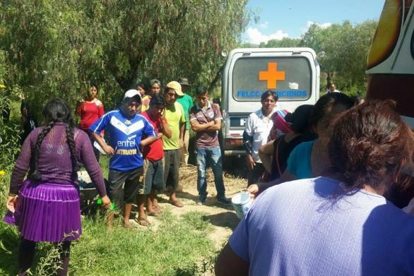 Ambulancia traslada el cuerpo de la mujer que fue atacada por perros. - Los Tiempos