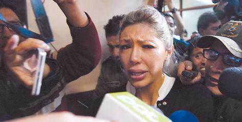 Caso. Tras más de dos horas de audiencia, Gabriela Zapata abandona el recinto bajo resguardo policial. Foto. Luis Salazar