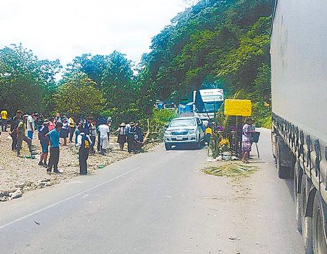 Reclamo. Los comunarios velaron el cuerpo de Zeballos en la carretera.