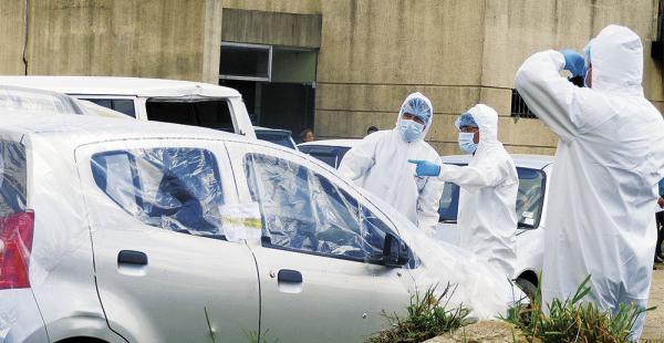 Los peritos realizaron una labor de planimetría en el vehículo acribillado a tiros