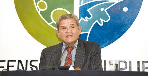 Autoridad. El defensor Rolando Villena en una conferencia.