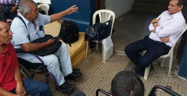 El vicepresidente cívico de Santa Cruz visitó este jueves la vigilia que cumple 10 días en las puertas de la Brigada Parlamentaria