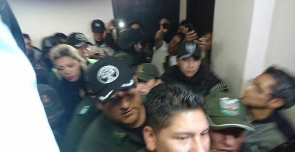 Un fuerte operativo policial marco tanto su ingreso como salida de las dependencias policiales y su traslado desde la cárcel de Obrajes.