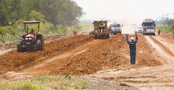 emprendimiento  carretero     la firma argentina josé castellone ejecuta  el proyecto  En el tramo en construcción hay un intenso movimiento  de maquinaria. Atribuyen a las lluvias el retraso