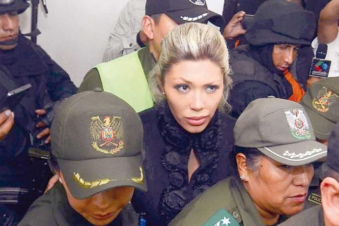 INVESTIGACIÓN. Gabriela Zapata fue trasladada al Juzgado de la Niñez en La Paz, ayer.