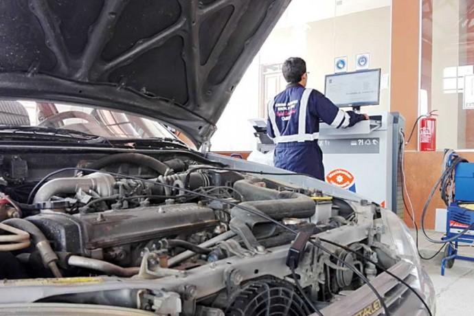 REVISIÓN. Técnicos informáticos y mecánicos realizan una minuciosa inspección del vehículo.