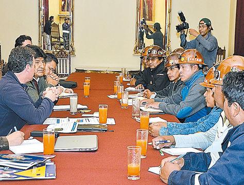 movimientos. El Mandatario se reunió ayer con mineros asalariados en Palacio. Foto: ABI