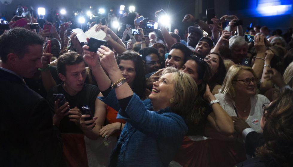Clinton saluda a sus seguidores el martes en Florida