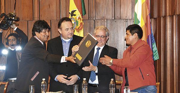 En el edificio del BCB se efectuó la presentación del plan nacional de desarrollo. El secretario ejecutivo de la COB recibió el documento