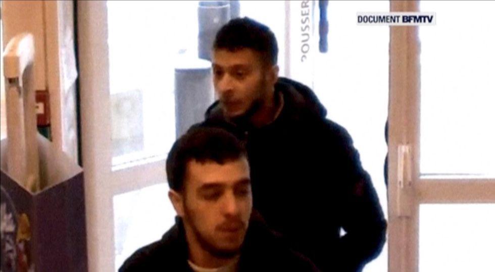Salah Abdeslam, atrás, el 14 de noviembre en una gasolinera francesa.rn