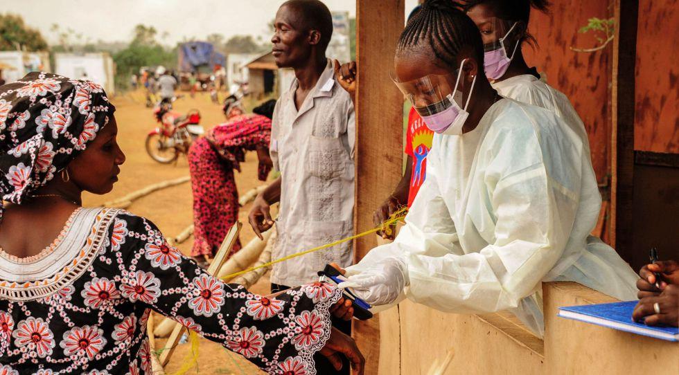 Control de fronteras entre Sierra Leona y Liberia para detectar el paso de personas con ébola hace un año.rn