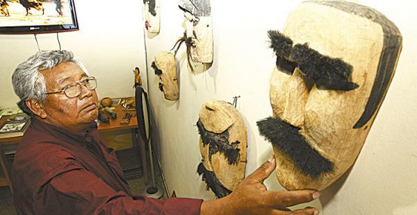 Ángel Yandura, integrante del clan cacique, muestra una de las máscaras de la exposición. La mayoría de estas máscaras se cubrían con pelos reales de las personas a las que representaban. Son de madera