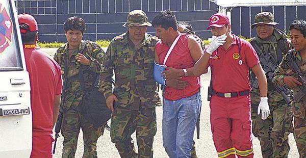 El sargento José Luis Ramos (centro) llegó en helicóptero y fue trasladado a La Paz para su curación