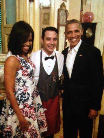 Los Obama con su camarero, Reinier Mely, anoche en La Habana.