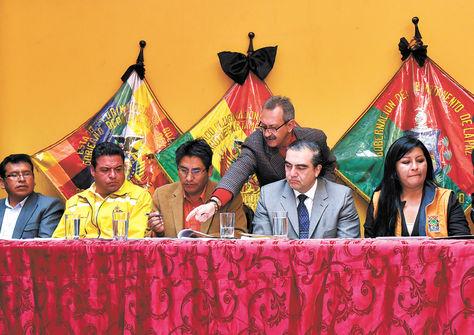 Firma. Patzi (centro), flanqueado por Revilla, el ministro Siles y a su lado Chapetón, ayer en La Paz.