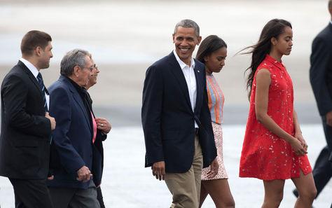 El presidente de Cuba, Raúl Castro, despide a su homólogo de  EEUU, Barack Obama, y su familia en La Habana. El Air Force One presidencial despegó del aeropuerto José Martí