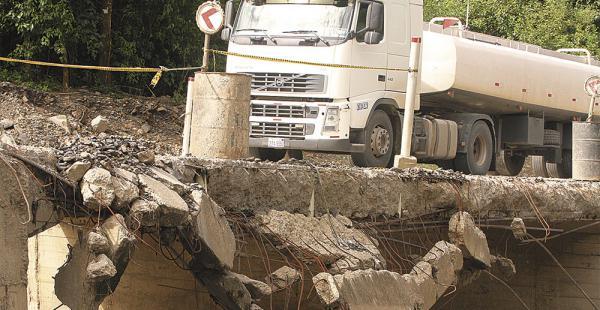 Este puente del km 114 de El Sillar se deteriora rápidamente. Los camiones tienen que circular uno a uno, mientras que la plataforma cede lentamente. Es un peligro latente