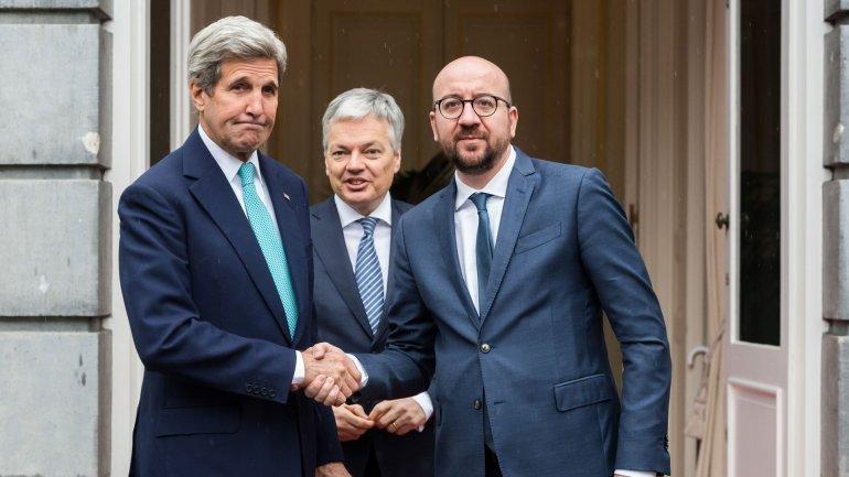 El secretario de Estado de los Estados Unidos, John Kerry, saluda al primer ministro de Bélgica, Charles Michel