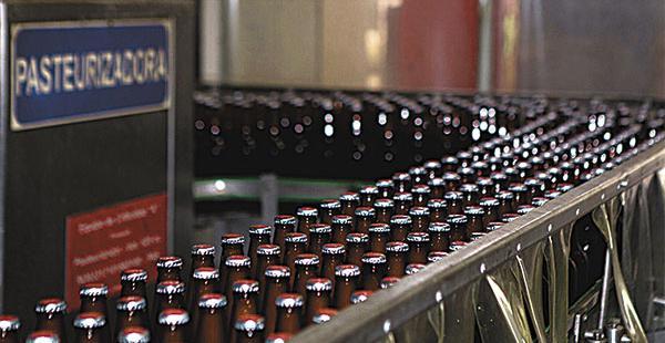 La planta produce cervezas en botellas de 710 ml y de 620 ml