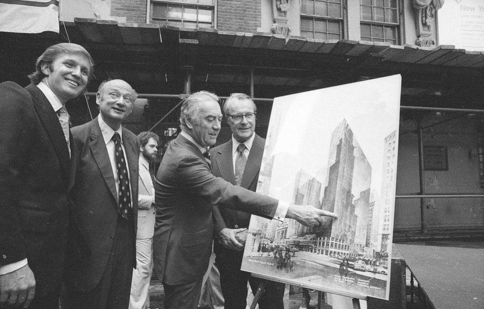Trump, primero por la izquierda, en 1978 con 32 años, en la presentación de un proyecto en Nueva York