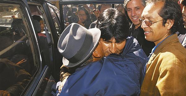 eran otros tiempos chávez fue el jefe de campaña cuando evo llegó al poder El peruano acompañaba muy de cerca al presidente y al vicepresidente. Ahora está preso