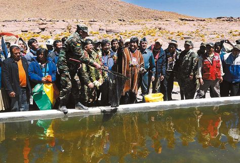 Proyecto. El mandatario Evo Morales en el cantón Quetena Chico, en 2013, para inaugurar la crianza de truchas. Foto: Víctor Gutiérrez- Archivo