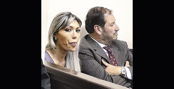 Gabriela Zapata acudió el jueves a una audiencia acompañada por uno de sus abogados
