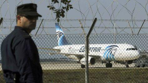 El avión de EgiptAir en la pista del aeropuerto de Larnaca, Chipre. Foto: @ActualidadRT
