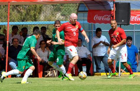 Gianni Infantino controla el balón, fue en el cotejo disputado en la cancha de Aurora. Foto: ABI