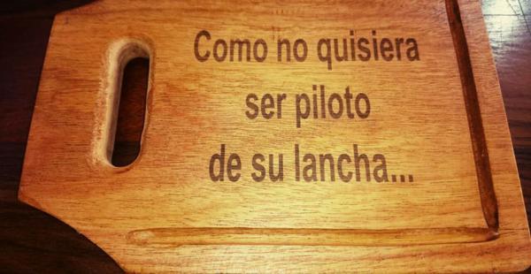 Una de las tablitas churrasqueras que se fabricaron con los supuestos mensajes entre el ministro Quintana y Gabriela Zapata