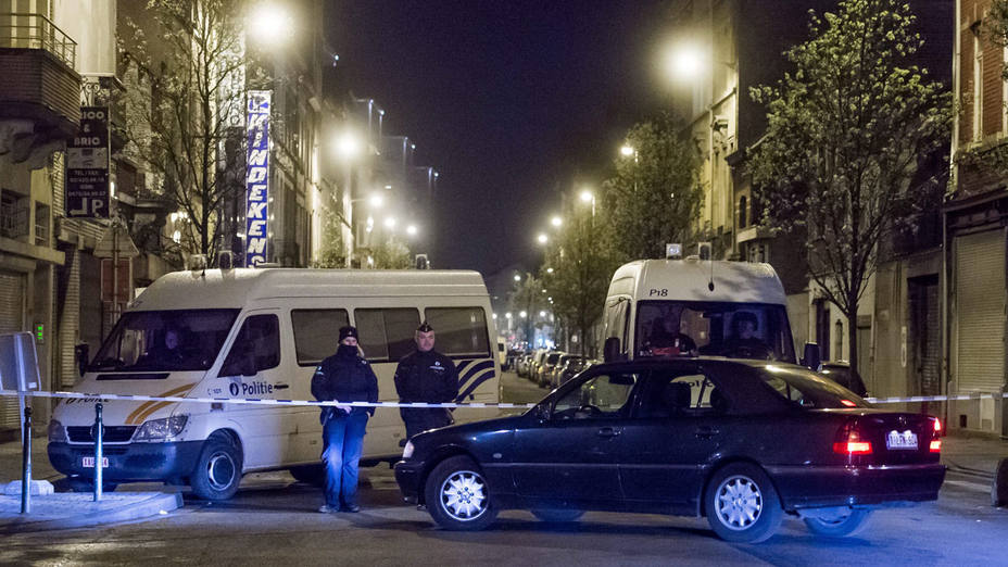 SL1. Brussels (Belgium), 08/04/2016.- Belgian police and security personnel are seen during a search in Anderlecht district in Brussels after 3 men were arrested this afternoon, in Brussels, Belgium, 08 April 2016. Mohamed Abrini, a Belgian national sought as one of the accomplices of Salah Abdeslam in preparations for the 13 November terrorist attacks in Paris, was arrested on 08 April in Brussels, Belgian media reported. Abrini, according to RBTF television, may also have been the 'man in the hat' seen in surveillance video leaving Brussels airport after the attacks on March 22. Images from the video were posted on 07 April on capital streets in hopes that someone would recognize him and tip off authorities. Also arrested was a suspect who allegedly had contact with the suicide bomber who blew himself up at Brussels' Maelbeek metro station on March 22. (Bruselas, Bélgica, Terrorista) EFE/EPA/STEPHANIE LECOCQ BELGIUM BRUSSELS ATTACKS RAIDS