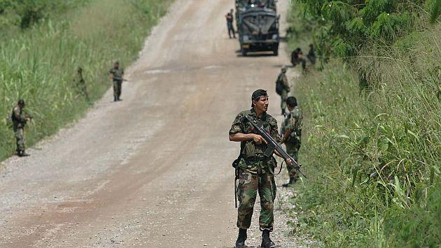 """22-12-05 DIVERSAS PATRULLAS DE LA POLICIA NACIONAL HACEN OPERATIVOS DE RASTRILLAJE HOY 22 DE DICIEMBRE DEL 2005, EN EL TRAMO QUE UNE TINGO MARIA CON AUCAYACU DONDE HACE UN PAR DE DIAS  SENDERO LUMINOSO EMBOSCARA A UNA PATRULLA  DE LA POLICIA DEJANDO OCHO MUERTOS Y UN HERIDO. EL PATRULLAJE LO REALIZA EN LA CARRETERA COMO EN VIVIENDAS ALEDA""""AS AL LUGAR DE LA EMBOSCADA. OPSE 2005DIC23 PERU HUANUCO TERRORISMO NARCOTRAFICO NARCOTERRORISMO POLICIA NACIONAL OPERATIVO  CREDITO DANTE PIAGGIO EL COMERCIO PERU 2005DIC23 AFD"""
