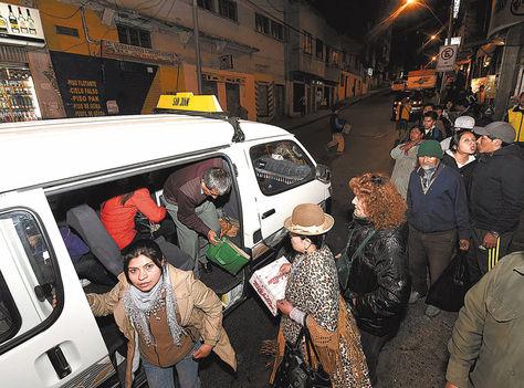 Demanda. Decenas hacen fila en la plaza Eguino para abordar un minibús de una línea nocturna.