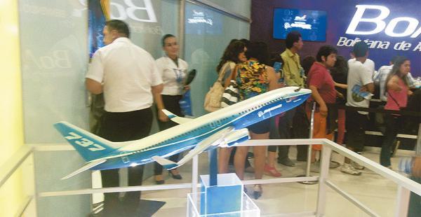 BoA promociona en su stand los aviones Boeing que pertenecen a su nueva flota aérea