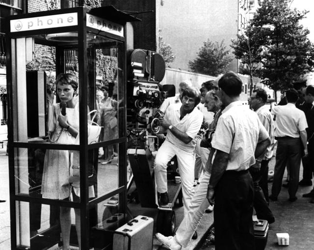 Mia Farrow recibe órdenes de Roman Polanski en una escena exterior.