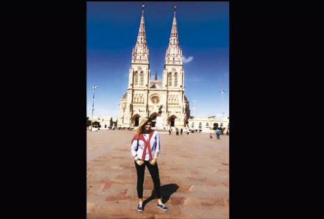 ¡QUÉ PINTA! La azafata EL DEBER 2015 posó delante de la Basílica de Nuestra Señora de Luján