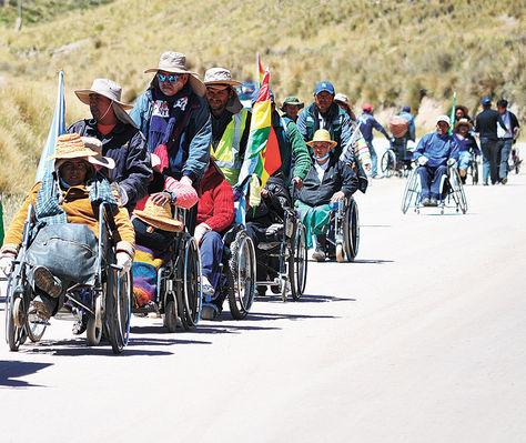 Marcha. La caravana, a un kilómetro de llegar a Huayllamarca, municipio de la provincia Nor Carangas.
