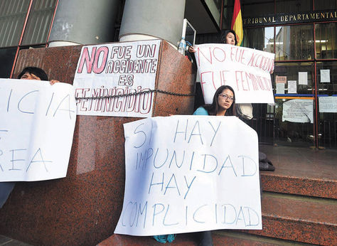 Protesta. Amigos de la víctima con pancartas contra la impunidad, 2015.