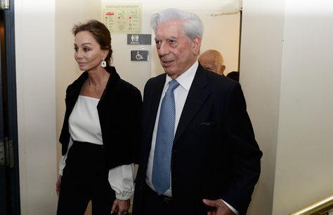 El escritor peruano Mario Vargas Llosa junto a su pareja Isabel Preysler a su llegada a una conferencia en el Instituto Cervantes en París (Francia).
