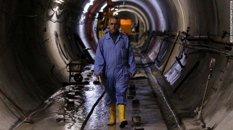 Un empleado trabaja en el fortalecimiento de la presa de Mosul en el río Tigris de Iraq.
