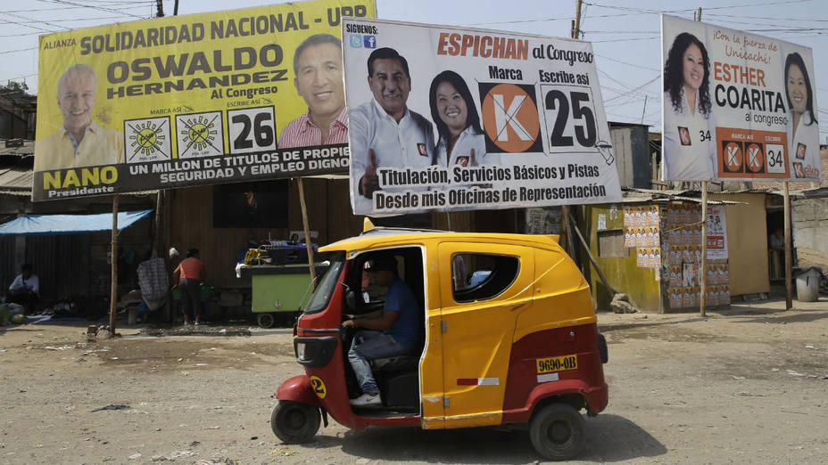 Propaganda electoral en un barrio de Lima, Perú. (Martin Mejia/AP)