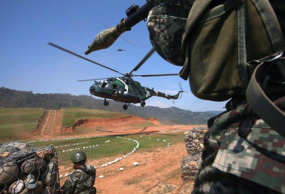 Un helicóptero de la Armada de Perú aterriza en una base antiterrorista, en 2015.
