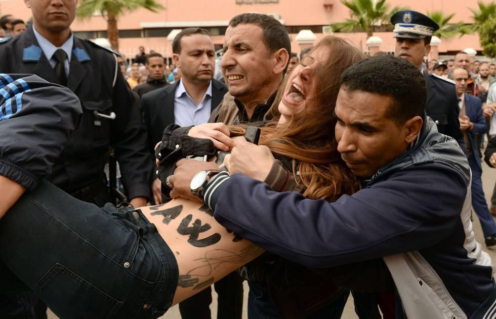 Arresto de una activista de Femen, este lunes en Beni Melal (Marruecos), cuando protestaba por el juicio a un homosexual.